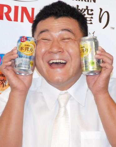 チューハイを持つ山崎弘也。