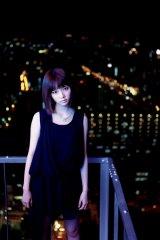 大阪の夜景をバックに大人びたショットも…=島崎遥香ファースト写真集『ぱるる、困る』