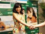 ファンと握手を交わす小島(C)De-View