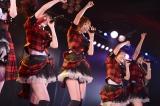 笑顔でメンバーとパフォーマンスする篠田=東京・秋葉原のAKB48劇場の公演の模様(C)AKS