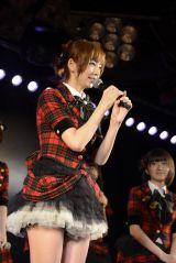 ファンにあいさつをする篠田麻里子=東京・秋葉原のAKB48劇場の公演の模様(C)AKS