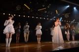 篠田の卒業ソング「涙のせいじゃない」を熱唱(C)AKS