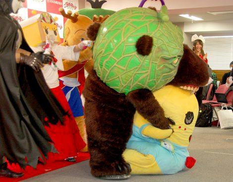 メロン熊(左)に噛まれ大ピンチのふなっしー=『全国ご当地キャラ総選挙』開催発表記者会見 (C)ORICON DD inc.