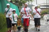 ふるさと・東北で一般ランナーとともに第1区間を走行する三代目 J Soul Brothers ・ELLY(中央)