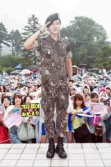 超新星のユナクが1年9ヶ月の兵役を終え、日本のファンら2000人が除隊式に駆けつけた