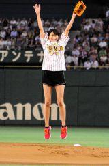 ノーバウンドでの投球が成功し、飛び跳ねて喜ぶ榮倉奈々 (C)ORICON NewS inc.