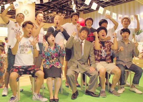 (上段左から)FUJIWARA・原西孝幸、なかやまきんに君、くまだまさし、もう中学生、チーモンチョーチュウ(左から:白井鉄也、菊地浩輔)、タケト、(下段左から)FUJIWARA ・藤本敏史、山田花子、間寛平、エハラマサヒロ、HARCO=「笑楽校」開校記念特別授業『みんなで校歌を作ろう!』 (C)ORICON NewS inc.
