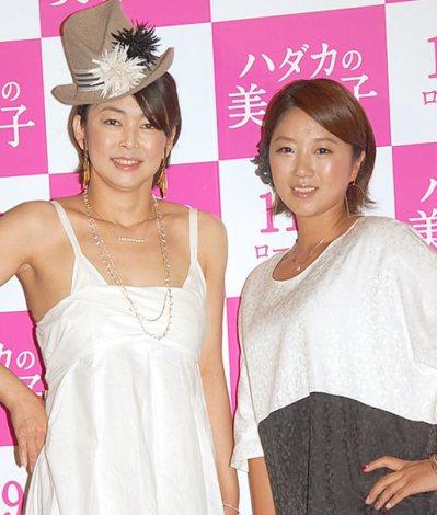 役作りのショートカット姿を披露した中島知子(左)と美奈子=映画『ハダカの美奈子』製作発表記者会見 (C)ORICON NewS inc.