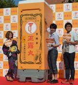 『正露丸111周年サンクスキャンペーン』の様子(左から)ダレノガレ明美、平成ノブシコブシ