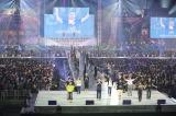裏方600人も加わり「恋チュン」ダンスを披露 (C)AKS