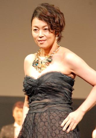 黒のドレス姿の中島知子