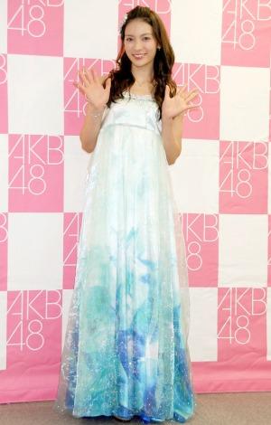 鮮やかなロングドレス姿で登場した秋元才加\u003dAKB48卒業公演後