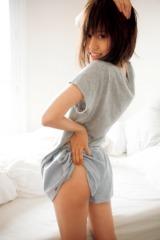 大胆なポージングに挑戦! 前田敦子写真集『不器用』(撮影・中村和孝/小学館刊)