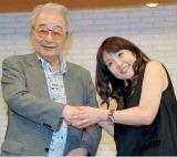 作曲家・前田憲男氏(左)と握手をかわした泰葉 (C)ORICON NewS inc.