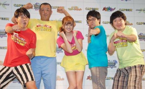 新作ゲームアプリ発表会に出席した(左から)TKO、菊地亜美、アメリカザリガニ (C)ORICON NewS inc.
