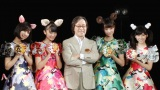 赤マルダッシュ☆の(左から)川村彩花、北澤鞠佳(右から)大西菜友、玉城茉里とプロデューサーの武田鉄矢