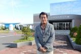 11月2日放送の『朝だ!生です旅サラダ』の司会・神田正輝が番組では初となる国内の旅へ。北海道・小樽の石原裕次郎記念館前にて(C)ABC