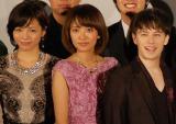 映画『タイガーマスク』公開初日舞台あいさつで軽妙なやりとりをみせた(左から)釈由美子、夏菜、ウエンツ瑛士 (C)ORICON NewS inc.