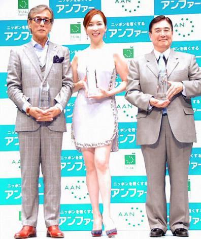 『第7回アンチエイジング大賞』を受賞した(左から)岩城滉一、真矢みき、水野正人氏 (C)ORICON NewS inc.