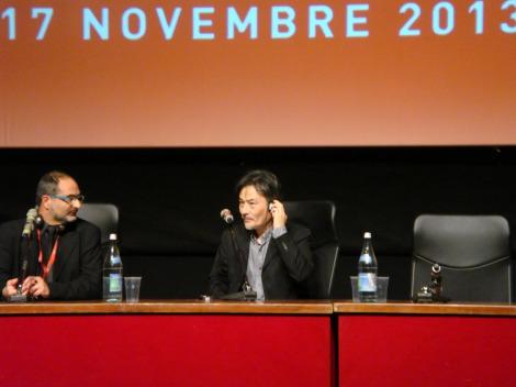 第8回ローマ国際映画祭で記者会見する黒沢清監督(中央)