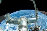 船外活動で撮影された国際宇宙ステーション「きぼう」と地球(写真提供:JAXA/NASA)