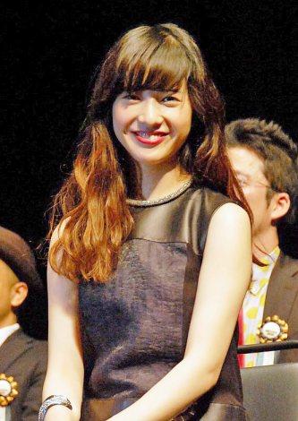 黒いワンピース姿の吉高由里子さん
