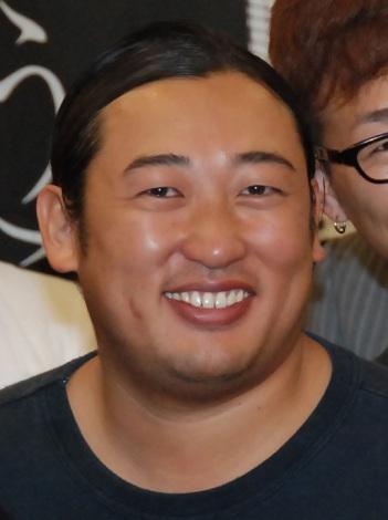 短髪のロバート秋山