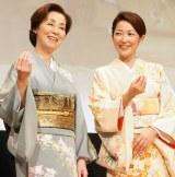 (左から)野際陽子&羽田美智子が「お・も・て・な・し」 (C)ORICON NewS inc.