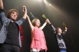 解散ライブ「LIVE THE LAST」を行ったgirl next door 妊娠5ヶ月のボーカル千紗(中央)のおなかはややふっくら (左から)鈴木大輔、千紗、井上裕治