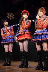 レディー・ガガからのAKB48劇場8周年お祝いコメントに驚く1期生3人(写真左から峯岸みなみ、小嶋陽菜、高橋みなみ)(C)AKS