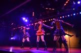 """1期生が『AKB48劇場8周年記念特別公演』で""""剛力ダンス""""を披露(写真左から峯岸みなみ、小嶋陽菜、高橋みなみ)(C)AKS"""