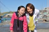 『ドクターX〜外科医・大門未知子』に出演する子役の本田望結(左)と主演の米倉涼子(右)(C)テレビ朝日