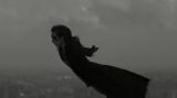漆黒のマントを揺らし、東京上空へ舞い降りる門脇(NURO DEVILMAN(C)GO NAGAI/DYNAMIC PLANNING)