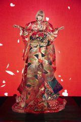 「悪いお姫様」をイメージした豪華衣装を公開したきゃりーぱみゅぱみゅ