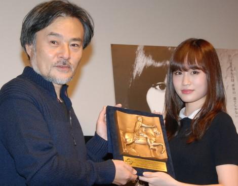 映画『Seventh Code』の初日舞台あいさつに出席した黒沢清監督(左)と前田敦子 (C)ORICON NewS inc.