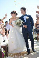 ハワイ・オアフ島で挙式し、フラワーシャワーを浴びて幸せいっぱいの保田圭