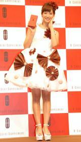 チョコレートのりボンとマカロンで飾られたドレスで登場したミキティ (C)ORICON NewS inc.