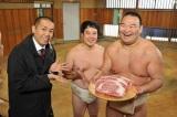 高級牛肉を受けって大喜びの振分親方(右)、タカ(中央)、トシ(左)(C)CTV