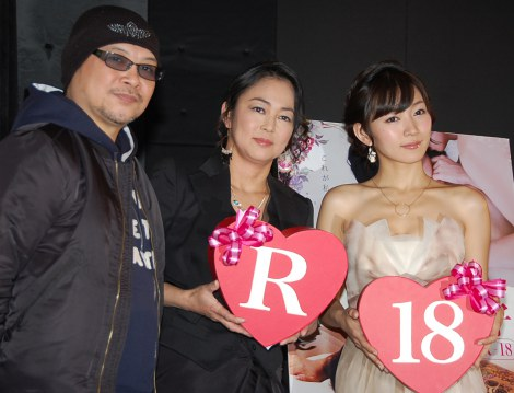 映画『ハダカの美奈子 R-18』初日舞台あいさつに登場した(左から)森岡利行監督、中島知子、階戸瑠李 (C)ORICON NewS inc.