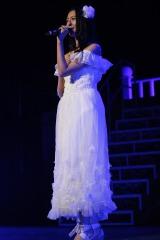 地元凱旋公演でソロで「夜風の仕業」を披露した森保まどか(C)AKS