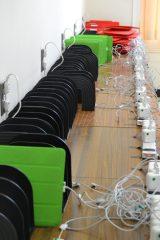 学校内にはタブレット端末の充電室が用意されている (C)oricon ME inc.
