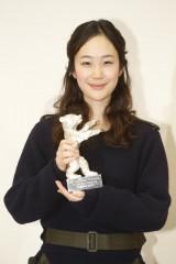 銀熊賞のトロフィーを手に喜びの記者会見を行った黒木華(C)2014「小さいおうち」製作委員会