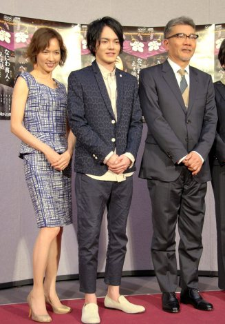 NHK木曜時代劇『銀二貫』の記者会見に出席した(左から)いしのようこ、林遣都、塩見三省 (C)ORICON NewS inc.