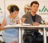 お肉をパクリ…!(左から)神戸蘭子、村田諒太=『宮崎牛すき焼き晩餐会』PRイベント (C)ORICON NewS inc.