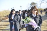 福島県南相馬市を訪れ、献花を行うAKB48(写真手前は島崎遥香) (C)AKS