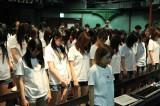 AKB劇場で黙祷を捧げるAKB48 (C)AKS