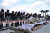 宮城県石巻市で黙祷を捧げるAKB48 (C)AKS