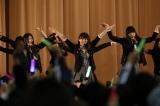 宮城県石巻市でライブを行ったAKB48(写真中央は大島優子) (C)AKS