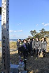 福島県南相馬市を訪れ、献花を行うAKB48 (C)AKS