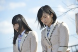 福島県南相馬市で黙祷を捧げるAKB48(写真は左から:横山由依、山本彩) (C)AKS